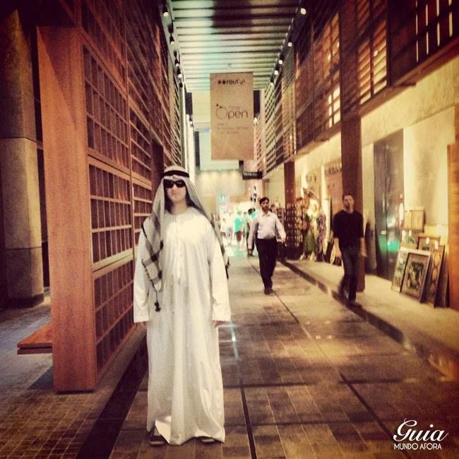 Marido com roupa típica dentro do Central Market