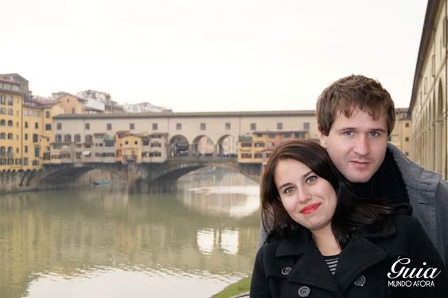 Casal na Ponte Vecchio em Florença