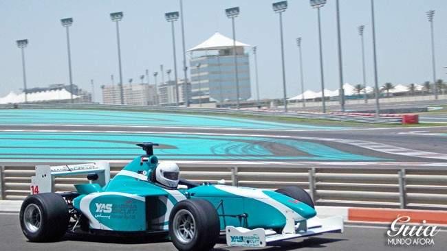 carro-yas-marina-650x366 Yas Marina: andando em um carro de Fórmula 1 em Abu Dhabi