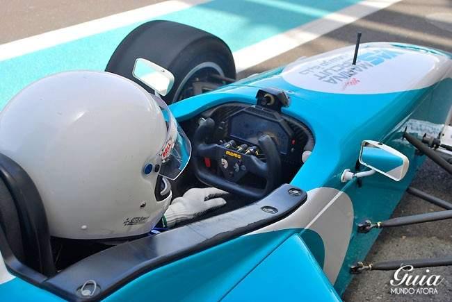 interior-carro-yas-marina-650x435 Yas Marina: andando em um carro de Fórmula 1 em Abu Dhabi