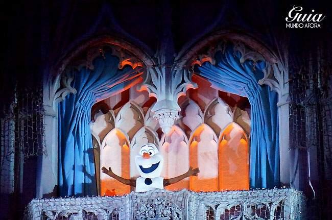 Olaf: o único boneco de neve que ama abraços quentes, participando do Frozen Holiday Wish!