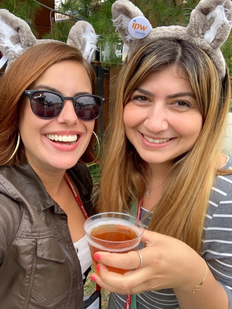 Thais e amiga durante tour de cervejas
