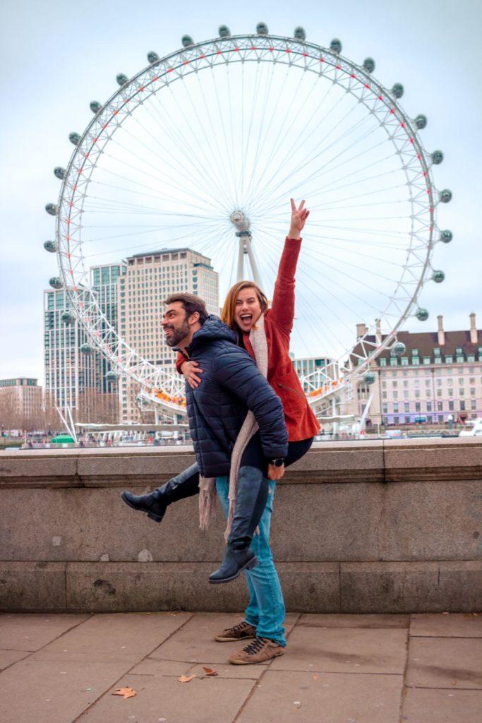 casal em frente a London Eye